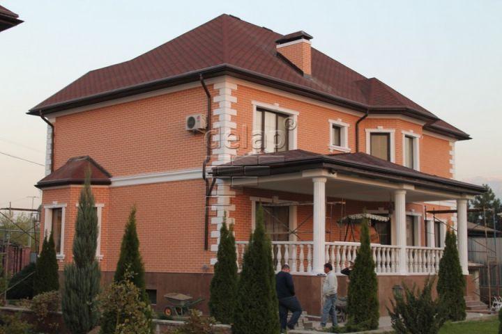 Оттенки персикового цвета на фасадах домов фото